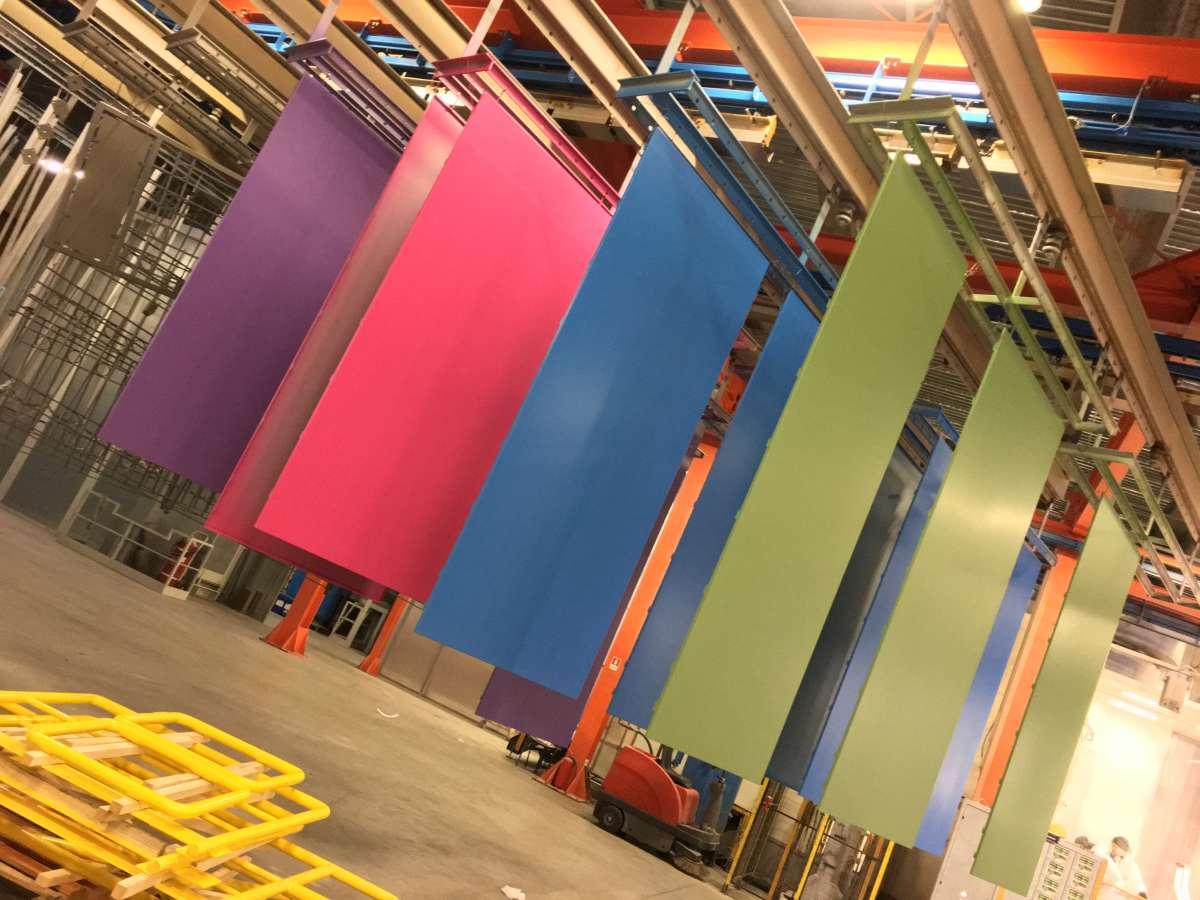 Verniciatura a polveri su pannelli esterni, grandi dimensioni con variante colore