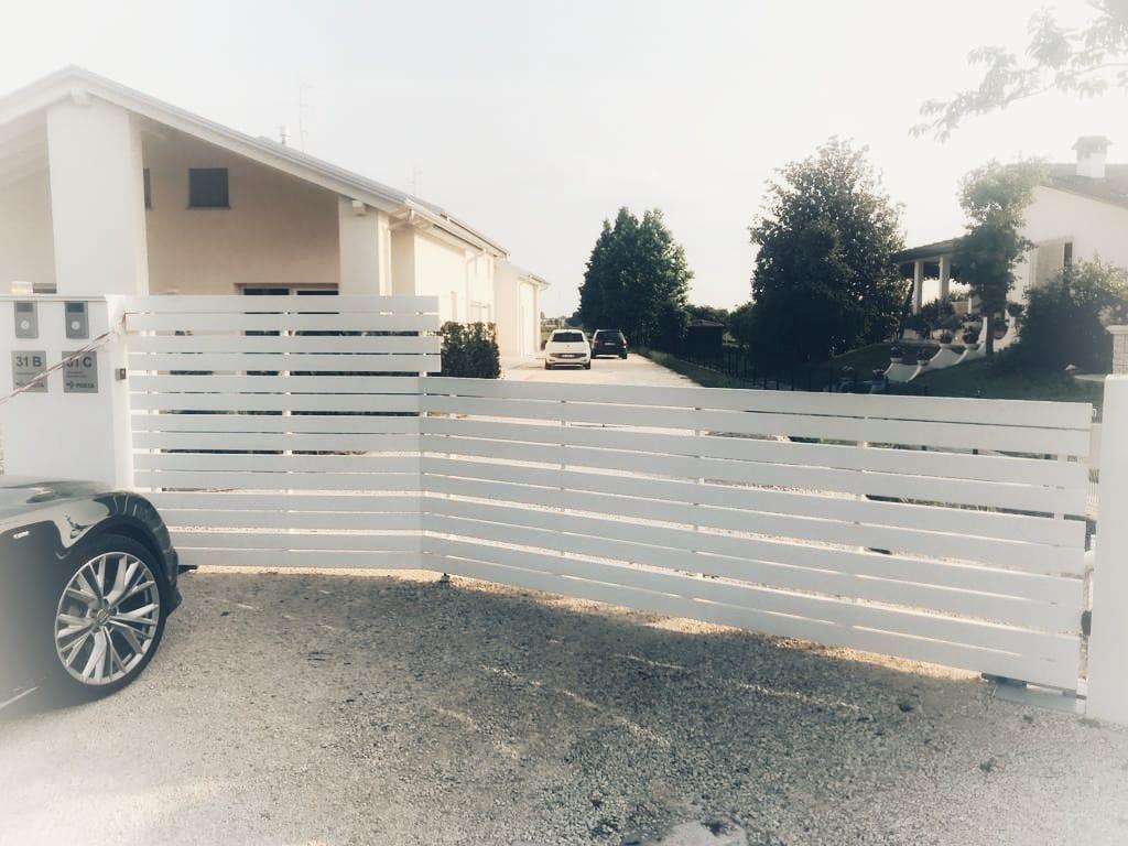 Cancello con finitura a polveri raggrinzante per esterni